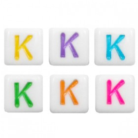 Acryl letterkraal vierkant K gekleurd